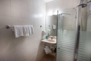 מקלחת ביחידה משפחתית ל-6